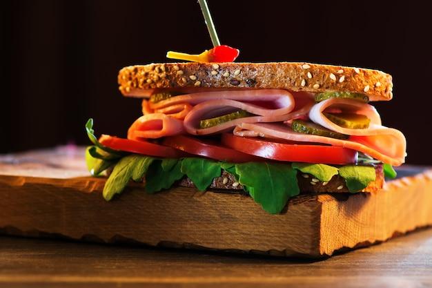 Délicieux sandwich au jambon, tomate, roquette