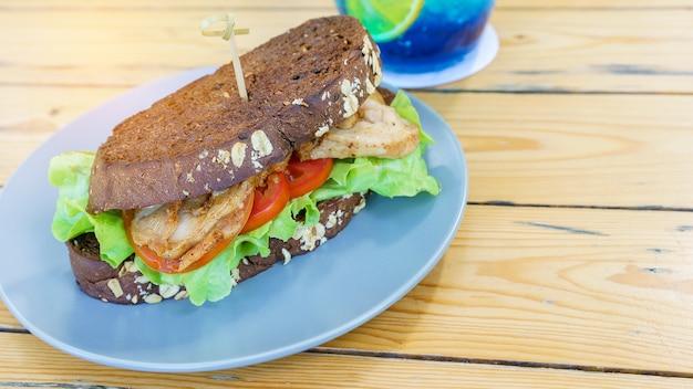 Délicieux sandwich au poulet fait maison