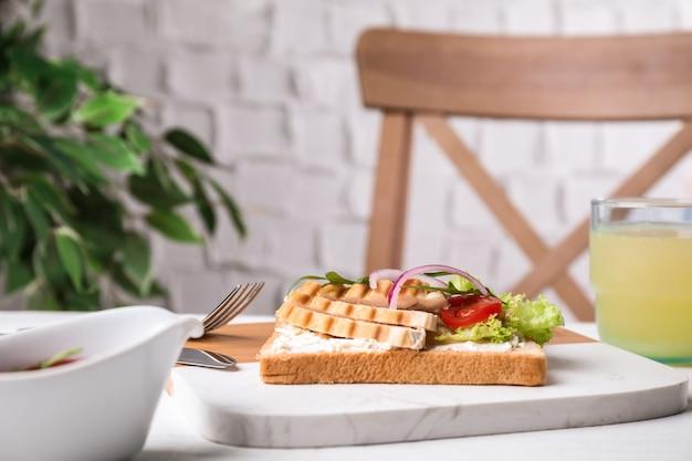 Délicieux sandwich au poulet servi sur table