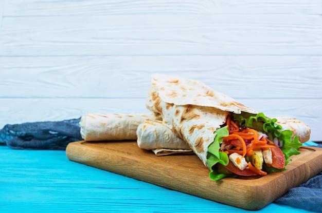Délicieux sandwich au shawarma sur bois