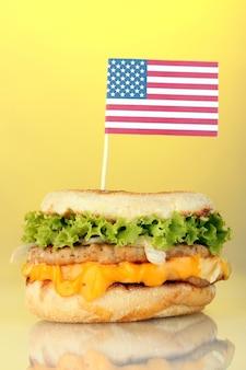 Délicieux sandwich avec drapeau américain, sur jaune