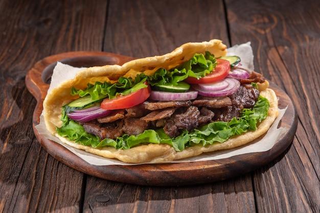 Délicieux sandwich fait maison avec de la viande rôtie au poulet