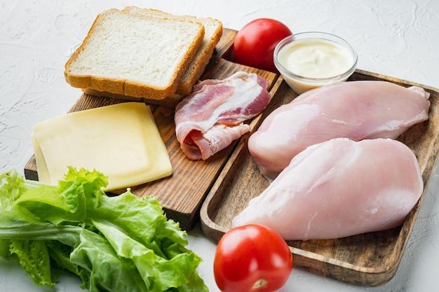 Délicieux sandwich avec des ingrédients de pain grillé, sur fond blanc