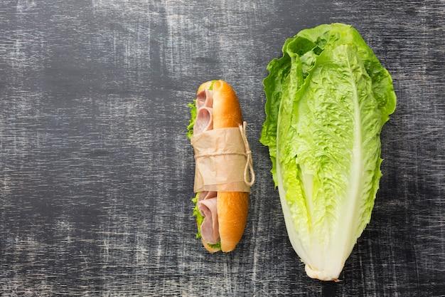 Délicieux sandwich et laitue fraîche