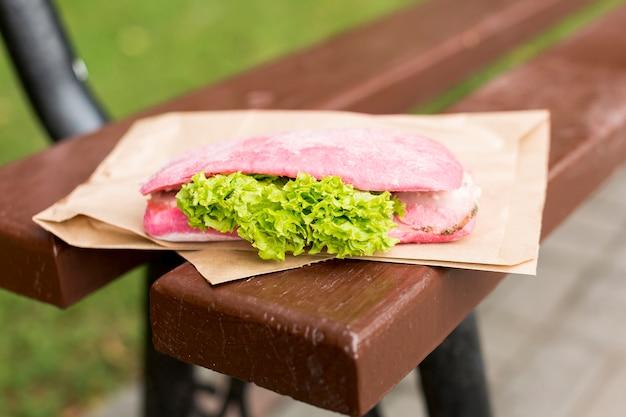 Délicieux sandwich posé sur un banc