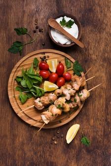 Délicieux sandwich turc au kebab sur des brochettes