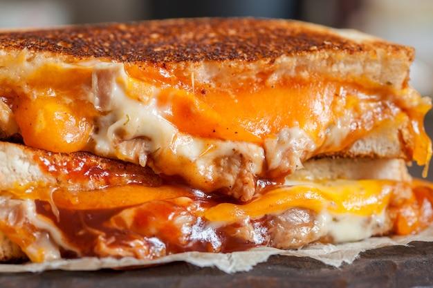 Délicieux sandwichs au fromage grillé au poulet