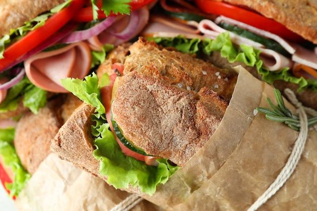 Délicieux sandwichs ciabatta en papier kraft, gros plan