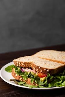 Délicieux sandwichs avec de la laitue à angle élevé