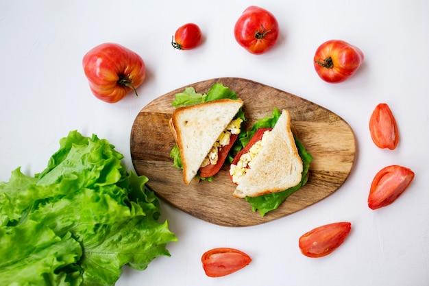 Délicieux sandwichs: œuf brouillé, tomates et fromage.
