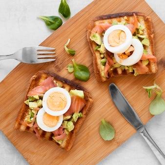 Délicieux sandwichs sur planche de bois