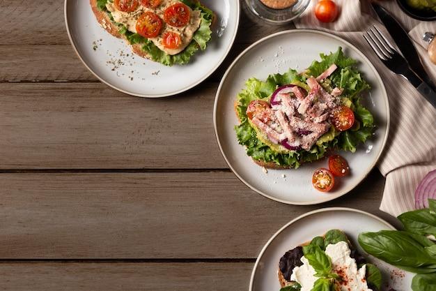 Délicieux sandwichs sur table en bois