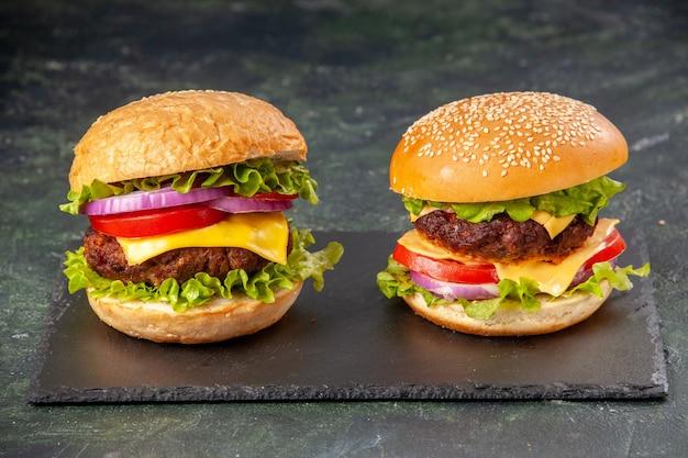 Délicieux sandwichs sur tableau noir sur une surface de couleur sombre