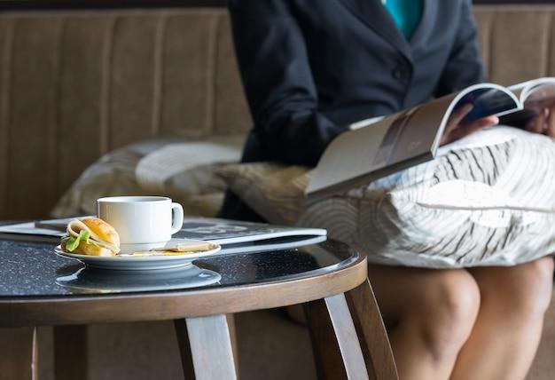Délicieux sanwich et café dans un plat sur la table