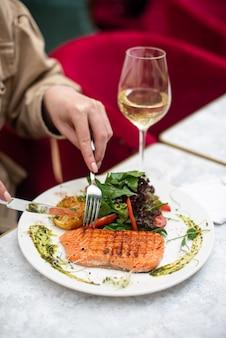 Délicieux saumon au restaurant sur une table en bois
