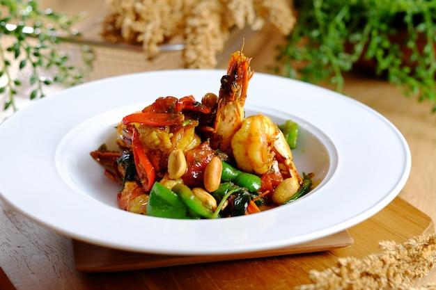 Délicieux sautés de crevettes avec piment de haricots et noix