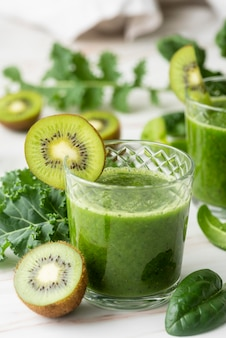 Délicieux smoothie vert kiwi