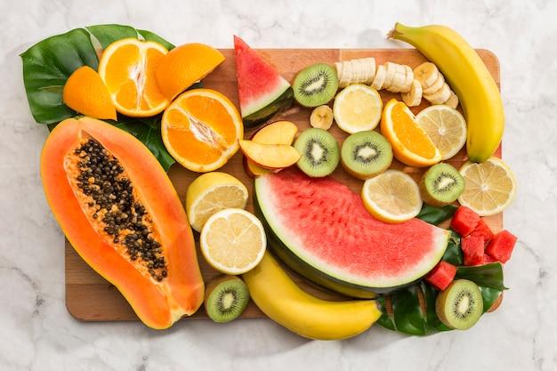 Délicieux snack végétalien sur planche de bois
