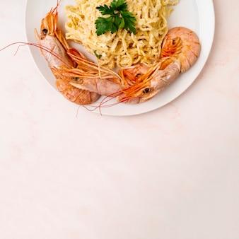 Délicieux spaghetti et crevettes copy space