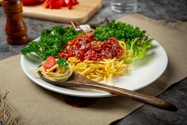 Délicieux spaghettis servis avec de beaux ingrédients.
