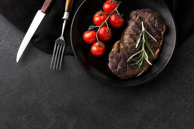 Délicieux steak cuit prêt à être servi