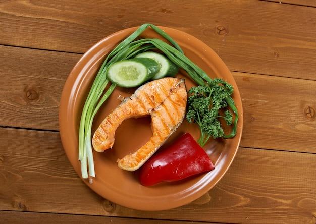 Délicieux steak de saumon grillé avec gros plan de légumes