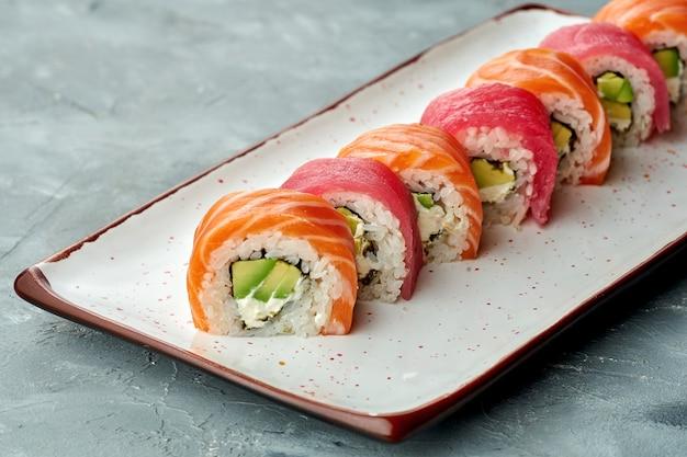 Délicieux sushi philadelphia roll avec fromage à la crème