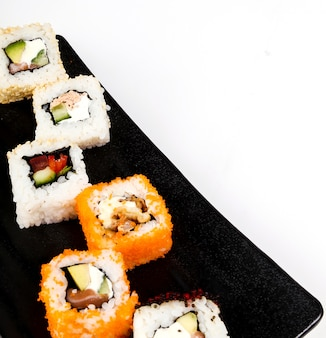 Délicieux sushis sur plaque noire