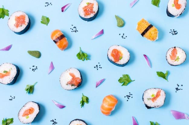 Délicieux sushis roule sur table