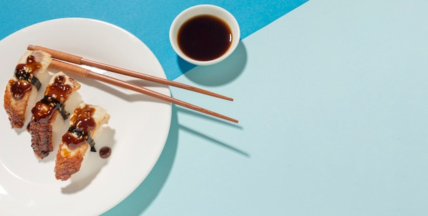 Délicieux sushis et sauce soja avec copie espace