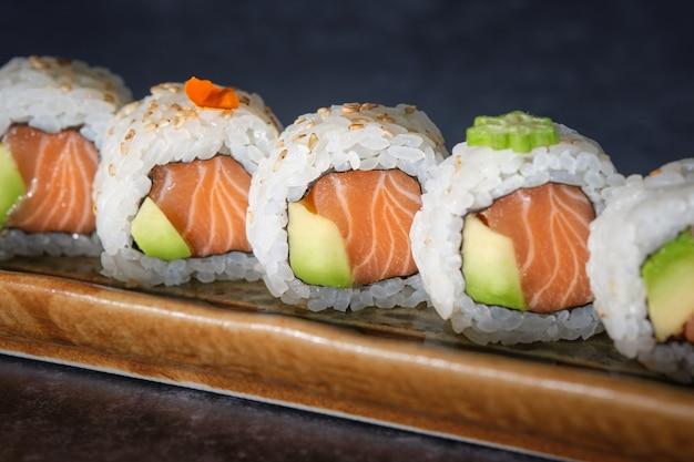 Délicieux sushis saumon et avocat