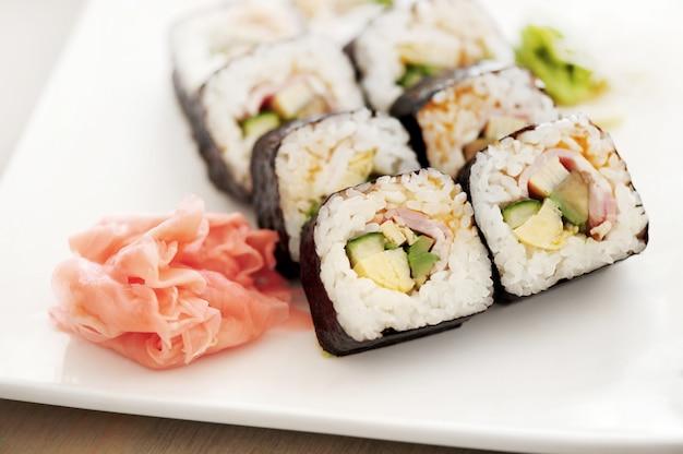 Délicieux sushis servis sur la table