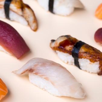 Délicieux sushis sur une table blanche