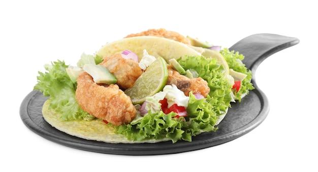 Délicieux tacos au poisson avec citron vert isolé sur blanc