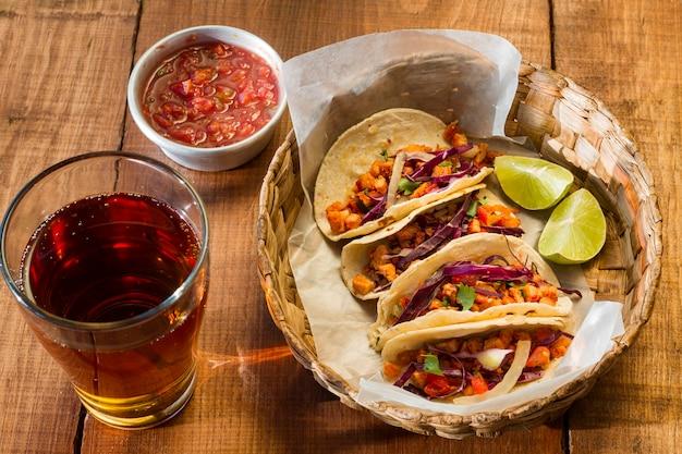 Délicieux tacos dans le panier high angle
