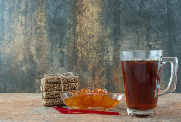 Délicieux thé à la camomille avec brittles d'arachide et confiture.