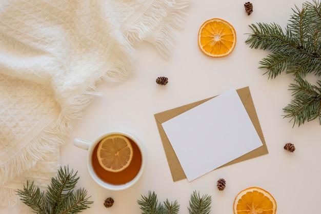 Délicieux thé chaud avec enveloppe et carte