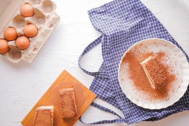 Délicieux tiramisu - dessert italien traditionnel à base de fromage mascarpone et biscuit