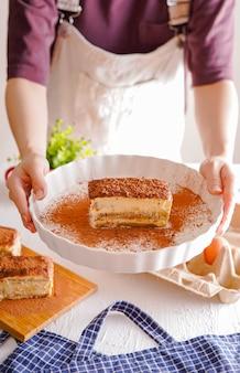 Délicieux tiramisu - dessert italien traditionnel à base de mascarpone et de biscuit.