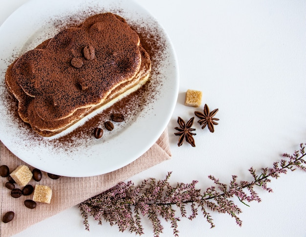 Un délicieux tiramisu est le petit-déjeuner ou le dessert parfait