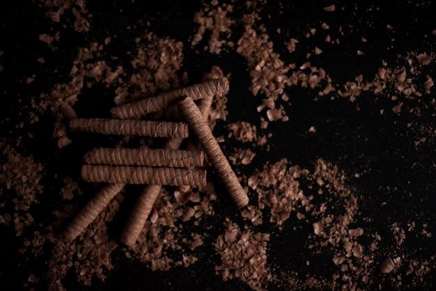 De délicieux tubes de biscuits fourrés à la crème de noisettes et au chocolat