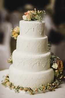 Délicieux vrai gâteau de mariage