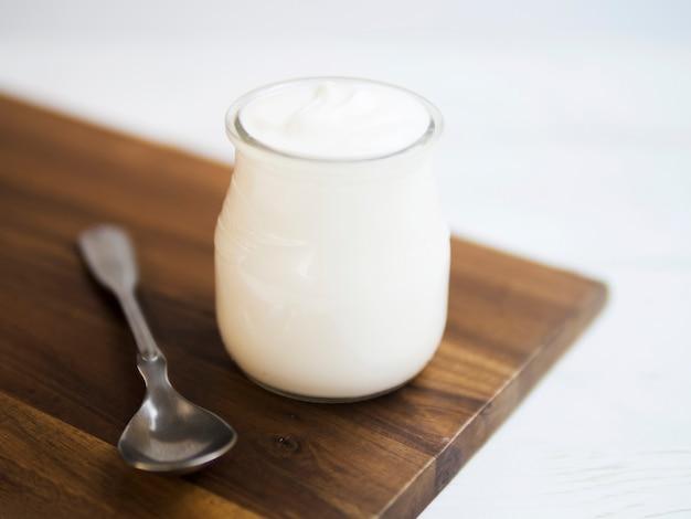 Délicieux yaourt naturel sur un récipient