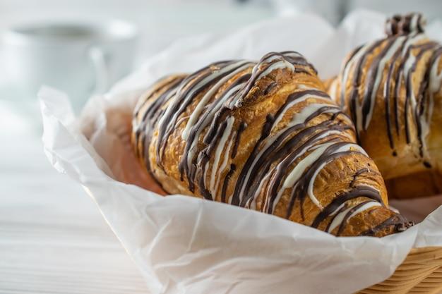 Delicioius doux croissants fraîchement cuits au four, macro gros plan