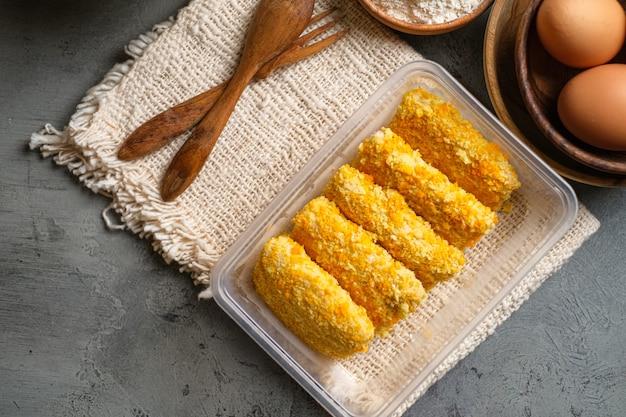 Delicious risoles ou risol mayo est un aliment de rue traditionnel indonésien typique à base de farine de peau, de viande et de légumes farcis à l'intérieur avec de la mayonnaise et de la sauce chili.