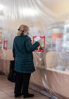 Délimitation des zones avec le film pendant la quarantaine dans les pharmacies.