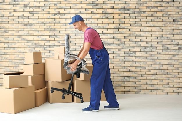 Delivery man holding chair, à l'intérieur