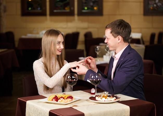 Demande en mariage dans un restaurant