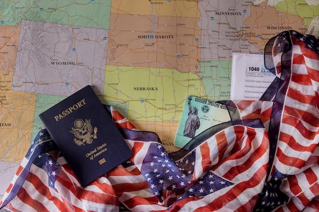 Demande de préparation vérification de la déclaration de revenus économiques stimulus 1040 déclaration de revenus des particuliers américains passeport américain sur la carte des états-unis