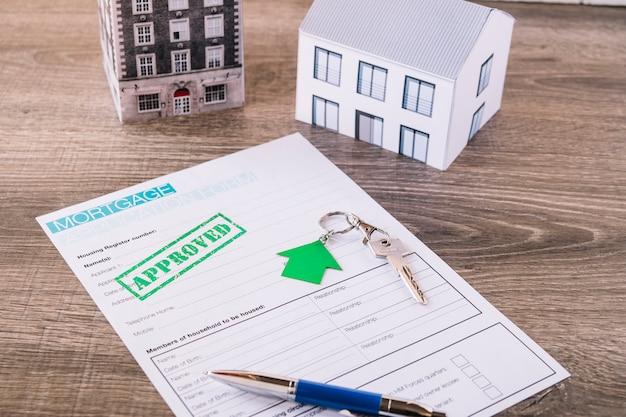 Demande de prêt hypothécaire approuvée et clé